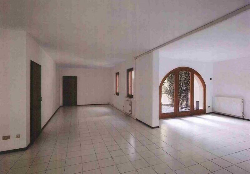 Negozio / Locale in affitto a Udine, 9999 locali, prezzo € 900 | CambioCasa.it