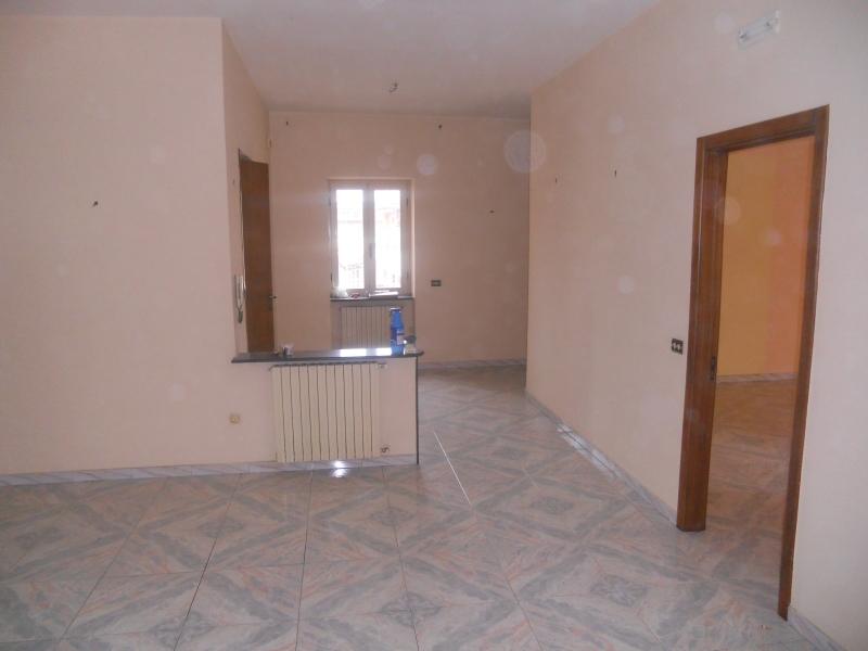 Lusciano - via Circumvallazione - fitto appartamento al 1°piano di circa 140 mq con 2 p.auto richiesta 450€ mensili senza spese di condominio NO PERDITEMPO