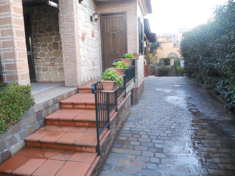 Villa affitto LUSCIANO (CE) - 5 LOCALI - 210 MQ