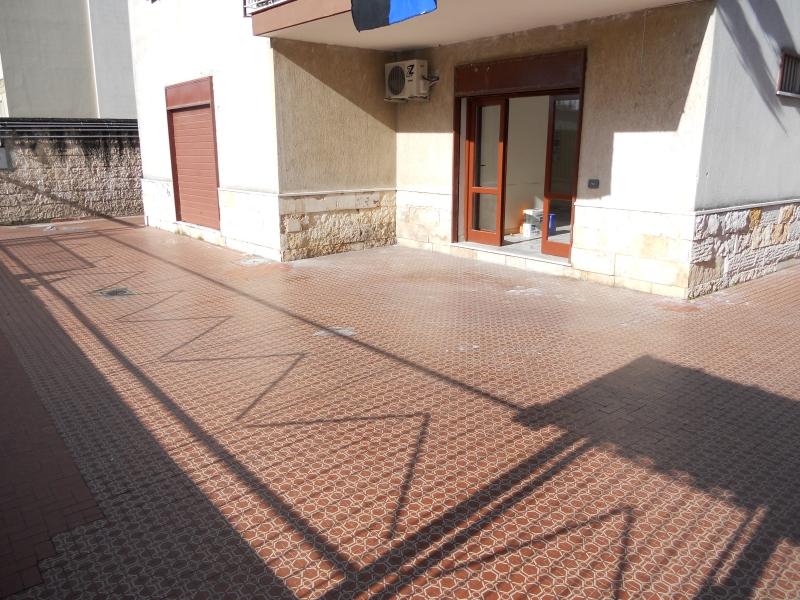 Negozio / Locale in affitto a Lusciano, 1 locali, prezzo € 900 | CambioCasa.it