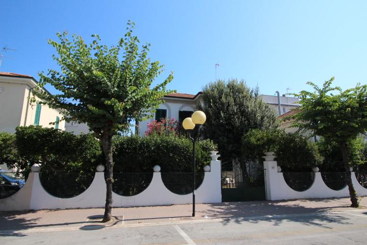 Villa vendita MONDOLFO (PU) - 99 LOCALI - 215 MQ