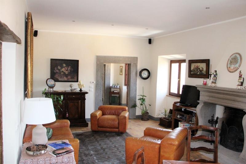 Bagnoregio - Elegante proprietà suddivisa in tre unità abitative con soffitta e cantina in vendita nel centro storico di Bangnregio.