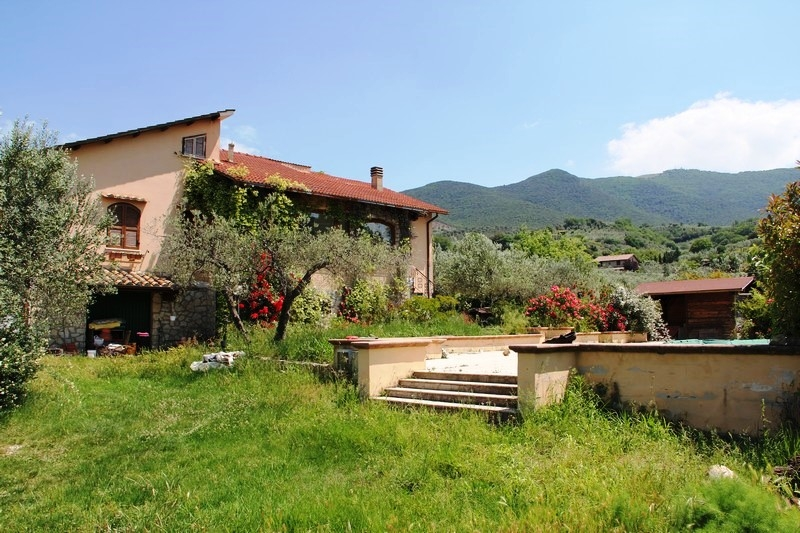 Casa Indipendente vendita MONTECCHIO (RE) - 7 LOCALI - 300 MQ
