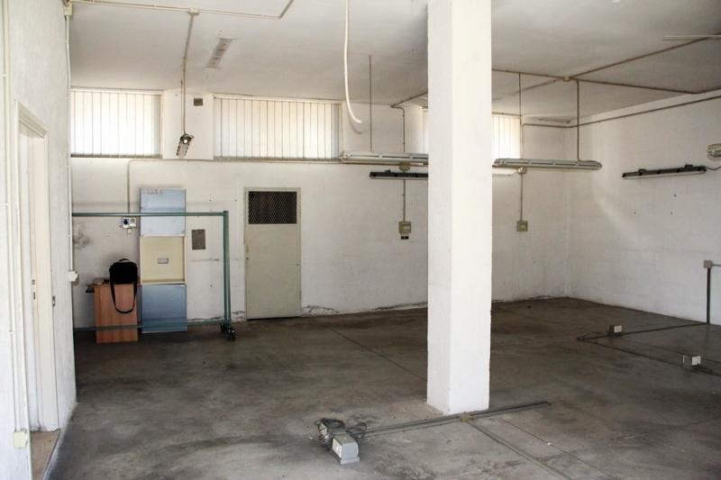 Affittasi locale magazzino di circa 75 mq con servizio. Comoda posizione per carico e scarico merci.