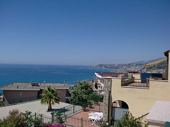 Alloggio in villa con grande terrazzo fronte mare e box auto.