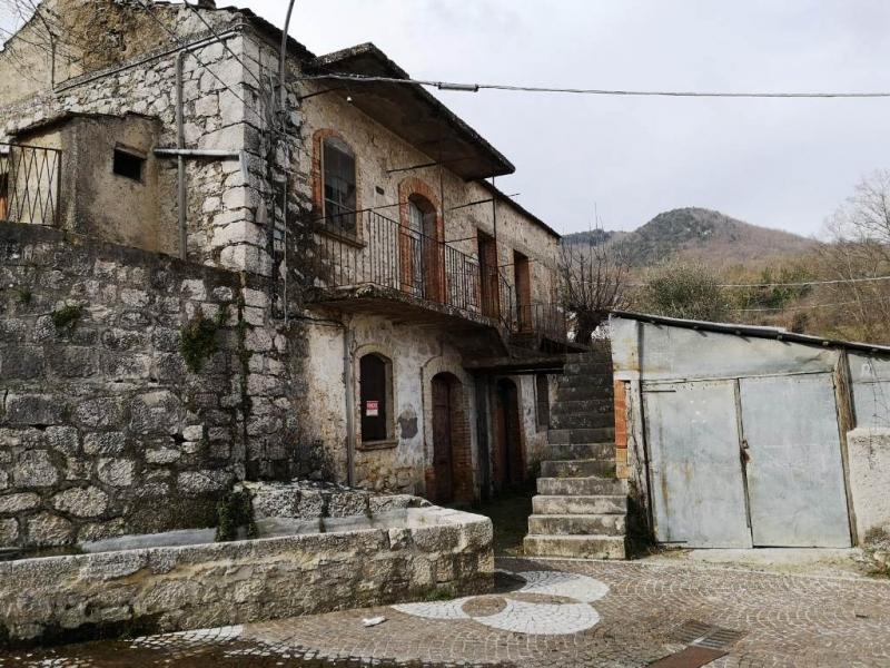 Casa indipendente da ristrutturare con terreno edificabile a Isernia