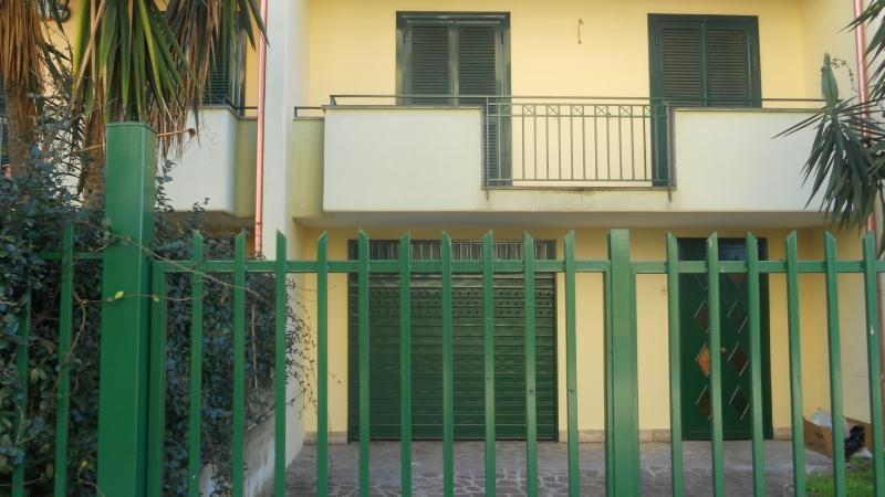 Villetta a schiera da ristrutturare in affitto Rif. 4053287