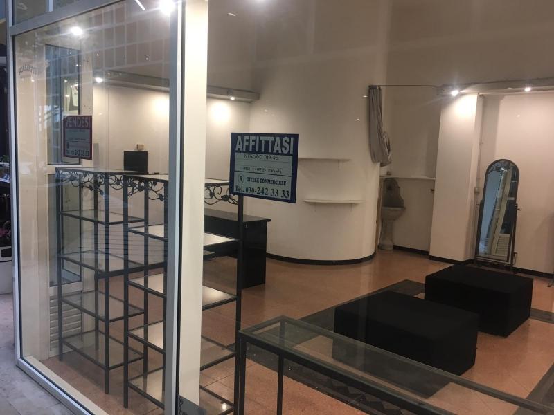 AFFITTASI Negozio con 2 vetrine, circa 45 mq inserito nella galleria commerciale nel cuore del centro Storico di Crema. Rif. 10014614