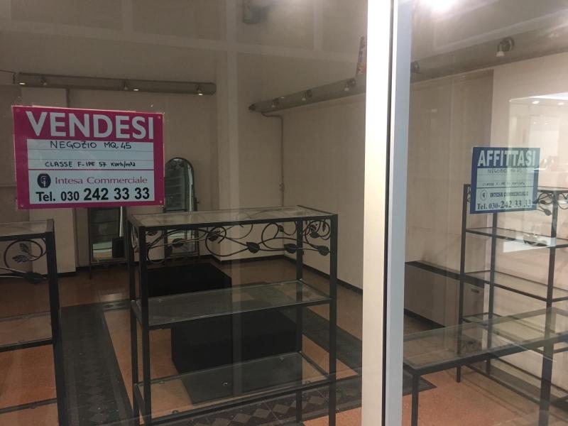 Negozio con 2 vetrine, circa 45 mq inserito nella galleria commerciale nel cuore del centro Storico di Crema. Rif. 10014608
