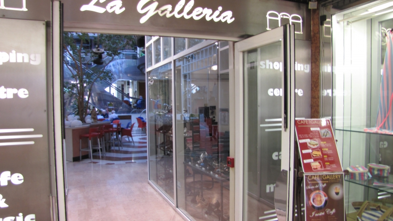 Negozio con 2 vetrine, circa 45 mq inserito nella galleria commerciale nel cuore del centro Storico di Crema. Rif. 9301106