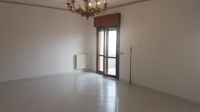 VALDERICE - Via Vespri, 2° piano s.a., 125 mq ca, 4 vani+accessori+posto auto, buone condizioni. Euro 120mila CL F