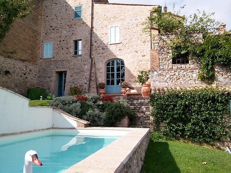 Monteribiaglio - Cielo -terra con giardino e piscina in vendita nel centro storico del paese.