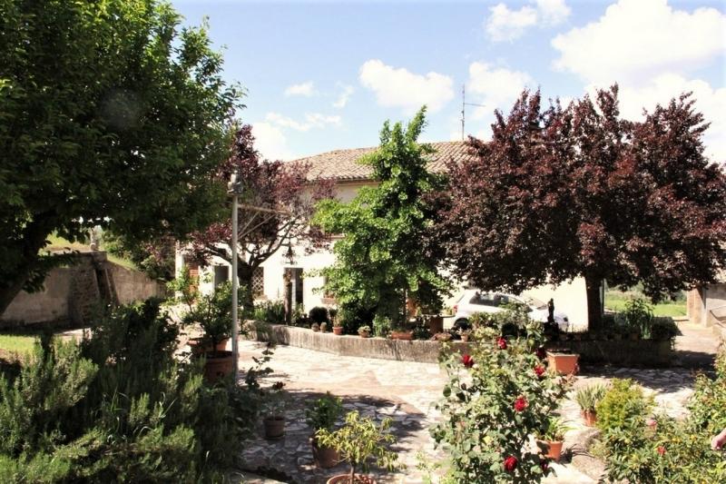Orvieto (Scalo) - Vendesi abitazione indipendente con annessi e 6000 mq di terreno nelle immediate vicinanze di Orvieto